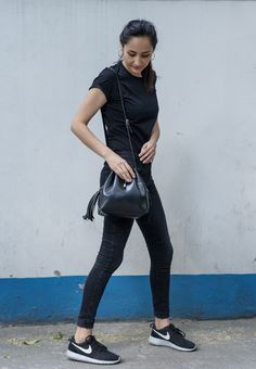 Total look en negro, jeans, blusa y bolsa en negro. Tenis nike