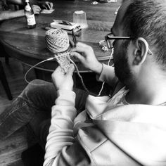Men knitting - Collection Cliché in work Crochet Geek, Crochet Yarn, Ages Of Man, Knitting Humor, Knit Art, Spinning Yarn, Popular Art, Yarn Bombing, Yesterday And Today