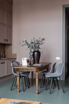 〚 Beautiful apartment with high ceilings near Triumph Square in Moscow sqm) 〛 ◾ Photos ◾Ideas◾ Design Dining Room Table Decor, Dining Room Design, Kitchen Design, Design Studio, Ceiling Design, Beautiful Interiors, Kitchen Interior, Home Kitchens, Ottoman