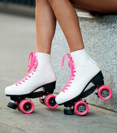 Retro Roller Skates, Roller Skate Shoes, Quad Roller Skates, Roller Derby, Skater Girl Style, Skater Girl Outfits, Indoor Roller Skating, Skater Guys, Skate Party