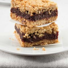 Our recipe for classic date squares is super easy and the best. Food Network, Date Slice, Date Squares, Vegan Dating, Fruit And Nut Bars, Date Bars, Ricardo Recipe, Healthy Sugar, Healthy Baking