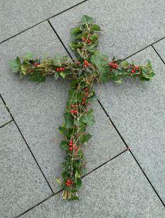 Chicken Wire Art, Spring Home Decor, Mesh Wreaths, Funeral, Iris, Christmas Decorations, Plants, Florals, Dresses