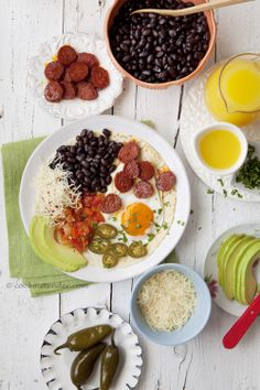 Beautiful display por these ranch eggs with sausages (by Cook me tender)