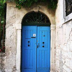 Ajtó: a végtelen lehetőségek jelképe. 🚪 #door #ajtó #tür #nikon #szinek #croatia #hrvatska #rovinj #varosnezes #traveling #travelmylife #la_daw