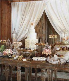 En vez de tener camareros repartiendo postres en tu boda, puedes tener una mesa llena de pastelitos y galletas.