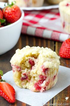 Strawberry Desserts Discover Strawberry Coffee Cake Muffins STRAWBERRY COFFEE CAKE MUFFINS - Easy and delicious Strawberry Coffee Cake Muffins the perfect muffins to make during strawberry season. Great with a cup of good coffee! Strawberry Coffee Cakes, Strawberry Drinks, Strawberry Dessert Recipes, Strawberry Brownies, Strawberry Muffins, Strawberry Fields, Strawberry Shortcake, Funnel Cakes, Mini Desserts