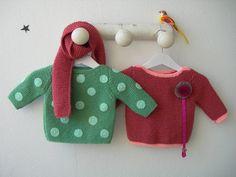 Jersey de topos verdes o jersey básico con cuelga-chupete combinado con una bufanda de color coral. Ropa para bebe hecha a mano.