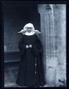 In with the Second Vatican Council, Pope Piux XII declared that the habits worn by nuns could use an update. Nuns were supposed to be wearing a more . Old Photos, Vintage Photos, Vintage Photographs, Daughters Of Charity, Nuns Habits, Lady Madonna, Bride Of Christ, Religion, 1950s Fashion