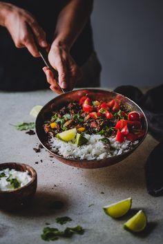 Mustapapumole-kastike (V, GF) – Viimeistä murua myöten Vegetarian Recipes, Cooking Recipes, Healthy Recipes, Guacamole, Acai Bowl, Chipotle, Plant Based, Beans, Gluten Free