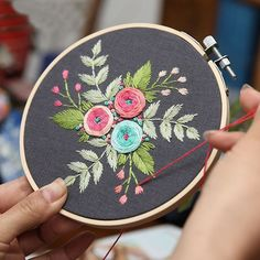 50 Ideas embroidery flowers modern for 2019 Hand Embroidery Flowers, Embroidery Monogram, Hand Embroidery Designs, Embroidery Thread, Embroidery Patterns, Cross Stitch Fabric, Cross Stitch Kits, Bird Quilt Blocks, Friendship Symbols