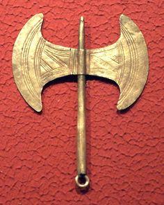 Bronze age Etruscan: Cretan double axes - looks Minoan Roman Artifacts, Ancient Artifacts, Ancient Greek Art, Ancient Greece, Greek History, Ancient History, Bronze Age Civilization, Minoan Art, Creta