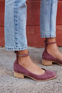 Ankle cut off jeans with a fun pair of ankle strap flats! This look is everything!