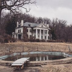 Abandoned Virginia plantation house Oh man i would never abandon this how cool to live there and with an in ground pool to Old Abandoned Buildings, Abandoned Castles, Old Buildings, Abandoned Places, Old Mansions, Abandoned Mansions, Beautiful Buildings, Beautiful Homes, Mansion Homes