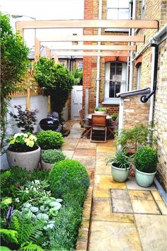 Awesome Chic Small Courtyard Garden Design Ideas For You. # courtyard Gardening Chic Small Courtyard Garden Design Ideas For You Small Courtyard Gardens, Small Courtyards, Terrace Garden, Back Gardens, Small Gardens, Brick Courtyard, Garden Grass, Courtyard Ideas, Shade Garden