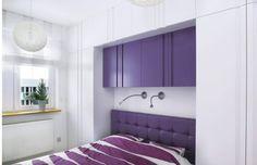 Schowki (dwie szafy stojące po obu stronach łóżka oraz pawlacz pod sufitem) zrobiono z lakierowanej na półmatowo płyty MDF w kolorze ściany. Wtapiając się w tło, nie pomniejszają optycznie wnętrza. Płytka szafka nad łóżkiem ma tylko 25 cm głębokości, jest więc bezpieczna dla osób wstających z łóżka - nie uderzą się w głowę.