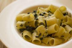 Pasta con spinaci, bacche di mirto e Castelmagno