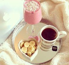 Breakfast: tea, berry smoothie, & a banana Fast Food, Just Girly Things, Breakfast In Bed, Romantic Breakfast, Perfect Breakfast, Cookies Et Biscuits, Love Food, Just In Case, Tea Time