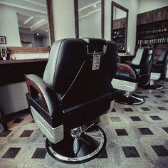 Barbershop ФРАНТ - это совсем не салон красоты. Это настоящее мужское пространство с особенным стилем и характером. В арсенале мужские стрижки , бритье и другие услуги для ваших волос, бороды и усов. Мастера не только профессионально проконсультируют по вопросам ухода за ними, но и предложат высококлассную продукцию марок American Crew, Malin+Goetz, Truefitt&Hill, TRIUS и Бородист, Chicago Comb. ФРАНТ – место для настоящих мужчин, в компании которых стоит провести время.