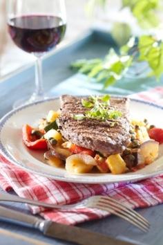 Ulkofileepihvit ja caponata-kasvikset | K-ruoka #grillaus Koti, Beef, Dinner, Recipes, Red Peppers, Meat, Dining, Food Dinners
