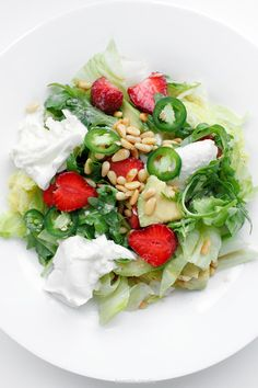salad with strawberries, avocado, mozzarella, mustard vinaigrette and green chili jalapeño Healthy Food Choices, Healthy Snacks, Healthy Eating, Chicken Chickpea, Strawberry Spinach, Vegetarian Recipes, Healthy Recipes, Cheese Salad, Spinach And Cheese