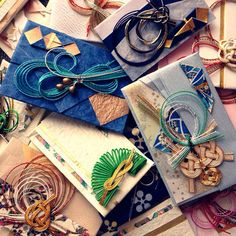 結婚式で頂いた御祝儀^ ^ 単純に祝儀袋を小さくしたようなカンジです^ ^ 途中経過なしですが、切って貼っただけ^ ^ 和紙や柄、水引も元のデザインを生かしつつポチ袋サイズにしました^ ^ 祝儀袋は水引が豪華なのでかなり高級感あります^ ^こちらは洋風バージョン^ ^ チビッコにはあれですが、日々の感謝を込めて、おじいちゃんおばあちゃんへのお年玉用に^ ^