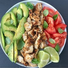 🥑 Avocado chicken and basil salad . I tend to cook easy and quick lunches whe… 🥑 Avocado chicken and basil salad . I tend to cook easy and quick lunches when I am in a hurry . Healthy Meal Prep, Healthy Snacks, Healthy Eating, Healthy Food Tumblr, Healthy Junk Food, Dinner Healthy, Keto Meal, Healthy Drinks, Vegetarian Recipes