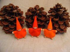 Drei kleine Wichtel aus Wollfilz.    Farben:    Hellorange  Orange  Orangerot    Als kleines Mitbringsel, für den Jahreszeitentisch, als Osterdekorati