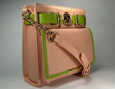 Uptown pink and green handbag. Aka Sorority, Alpha Kappa Alpha Sorority, Sorority Gifts, Green Handbag, Green Bag, Pink And Green, Alpha Kappa Alpha Paraphernalia, Pink Apple, African American Dolls