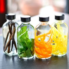 DIY Homemade Flavored Extracts - just vodka and the flavor you want Do It Yourself Food, Homemade Vanilla Extract, Lemon Extract, Hygiene, Spice Mixes, Baking Tips, Food Gifts, Diy Food, Homemade Gifts