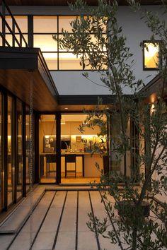translation missing: jp.style.窓-ドア.modern窓&ドアのデザイン:House with the bath of birdをご紹介。こちらでお気に入りの窓&ドアデザインを見つけて、自分だけの素敵な家を完成させましょう。