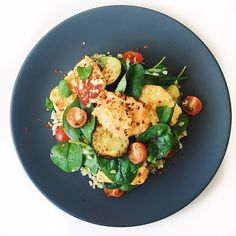 Halloumisalad with bulgur, zucchini, hummus and with a taste of lemon and chili Halloumi, Kung Pao Chicken, Chili, Risotto, Curry, Lunch, Dinner, Eat, Ethnic Recipes