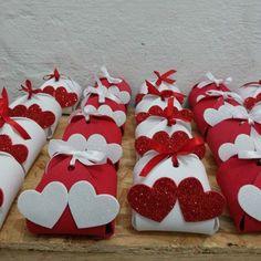 Artesanato em EVA: 60 modelos para inspirar sua produção (fotos, tutoriais e moldes) Diy Gift Box, Diy Gifts, Rustic Wedding Groom, Chocolate Boutique, Chocolate Wrapping, Wedding Gift Wrapping, Custom Wedding Favours, Unique Bridal Shower, Candy Gifts