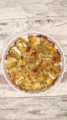 Zucchine e patate gratinate For a tasty and crunchy side dish, do not bake anything better than a nice gratin. This recipe of zucchini and grilled potatoes, with the smell of fresh marjoram, is an exc Veggie Side Dishes, Vegetable Dishes, Food Dishes, Vegetarian Recipes, Cooking Recipes, Healthy Recipes, Yummy Food, Tasty, Snacks Für Party