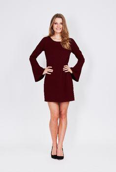 fac3e3418b8ddd Deze bordeauxrode jurk van DryLake is gemaakt van een stof met  wafelpatroon. Hierdoor kreukt het
