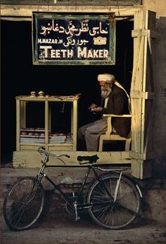 'Teeth makter in Kandahar', 24 Striking Pictures Of Afghanistan By Photojournalist Steve McCurry We Are The World, People Around The World, National Geographic, Tante Emma Laden, Steve Mccurry Photos, Vivre A New York, Fotojournalismus, Expo Milano 2015, Foto Poster