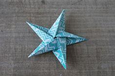 Découvrez le tuto et réalisez pas à pas un joli mobile d'étoiles en origami. Un ciel étoilé parfait pour la chambre de votre bébé ou de vos enfants !