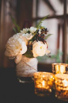 Rustic wedding table centerpiece with flowers in a jar covered with yarn #rustic #chic #weddingdecor #tablecenterpiece #diywedding