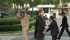 El primer ministro de Tailandia, Prayuth Chan-ocha, evadió las preguntas de los periodistas sacando una maqueta de cartón de tamaño real de sí mismo y diciéndole a los periodistas que lo cuestionen en lugar de él.