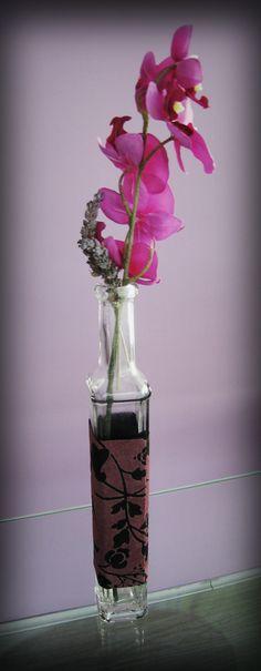 Florero decorado con tejido Qatar - Glass vase decorated with Qatar fabric - by Línea Hogar Deco