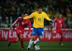 2010 - A camisa apresentou design clássico - gola parecida com o modelo da Copa de 70, e as mangas ganharam uma listra verde. Na imagem, Kaká com a bola durante a partida de estreia da seleção brasileira Ricardo Nogueira/Folhapress. In Bol 06/12/2013.