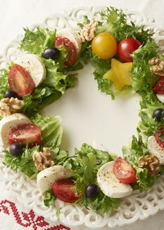 Insalata Caprese a la wreath Christmas Party Food, Christmas Dishes, Xmas Food, Christmas Cooking, Side Recipes, Baby Food Recipes, Cooking Recipes, Comida Keto, Lean Cuisine