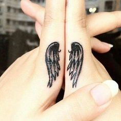 Alas àngeles dedos mano indice blanco y negro tatuaje