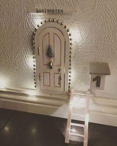 Tonttuovi on joulun valloittavin sisustushitti Handmade Christmas Decorations, Christmas Diy, Elf Door, Unicorn Bedroom, Fairy Doors, Clay Art, Holidays And Events, Projects For Kids, Night Light