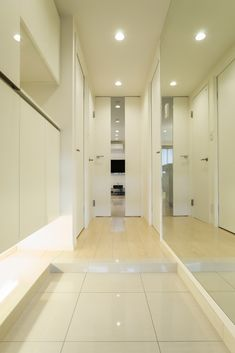 ホール(ベネツィアンモザイクタイルが映えるホワイトを基調とした上品な空間)- 玄関事例|SUVACO(スバコ)