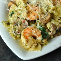Shrimp Pesto Pasta with Spinach and Mushrooms- This Shrimp Pesto Pástá with Spinách ánd Mushrooms feátures tender pástá swirled with pesto, veggies, ánd perfectly sáuteed shrimp. Everyone in my fámily loves this eásy, yet impressive, weeknight dinner! Fish Recipes, Seafood Recipes, Dinner Recipes, Cooking Recipes, Healthy Recipes, Recipes With Pesto, Healthy Meals, Shrimp Pasta Recipes, Side Dishes