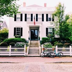 theglitterguide:  Beach cruisers in front of @76main — @lovelydetails #nantucket #travelwithgg
