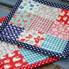 Easy sewing project - How to sew quilted fabric scraps pot holders. Great way to use up leftover fabric.Arts And Crafts Movement Britain Arts And Crafts Movement Influences.BcPowr 10 x Different Pattern Fabric Patchwork Craft Cotton DIY Sewing Scrapb Quilting Tips, Quilting Tutorials, Quilting Projects, Sewing Tutorials, Beginner Quilting, Machine Quilting, Easy Sewing Projects, Sewing Projects For Beginners, Sewing Hacks