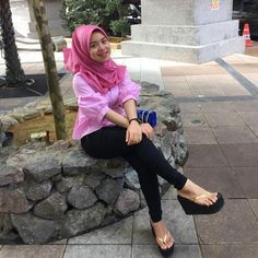 Platform Flip Flops, Flip Flop Shoes, Casual Hijab Outfit, Hijab Chic, Islamic Girl, Barefoot Girls, Stylish Sandals, Girl Hijab, Beauty Full Girl