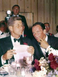 Before Kennedy stabbed him in the back, took his money then didnt speak to him after the election, what a scumbag, camelot my ass! Frank Sinatra and John F. Kennedy attend a dinner at the Democratic National Convention, Jackie Kennedy, Les Kennedy, Carolyn Bessette Kennedy, Robert Kennedy, Dean Martin, American Presidents, American History, Classic Hollywood, Old Hollywood
