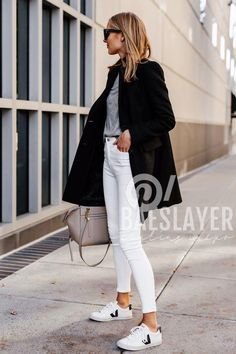 wearing sweater blonde skinny sneake woman black white jeans wool coat grey veja Blonde Woman Wearing Black Wool Coat Grey Sweater White Skinny Jeans Veja Sneake Blonde WoYou can find Jeans and more on our website Jeans Skinny Blanc, Skinny Jeans Damen, White Skinny Jeans, White Denim, White Skinnies, Blue Jeans, Outfit Jeans, White Jeans Winter Outfit, Black Coat Outfit